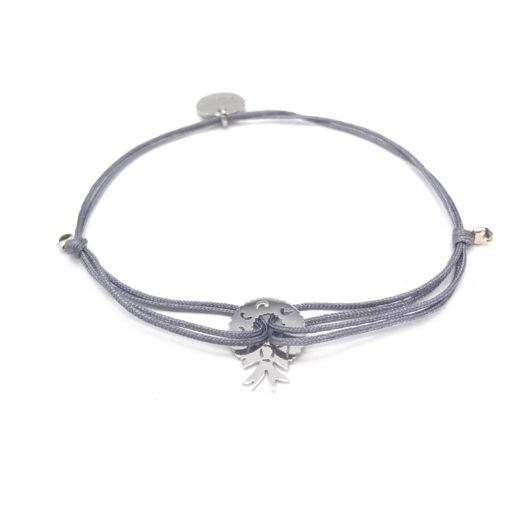 Armband mit rhodiniertem Weihnachtskranz und grauem Stoffband